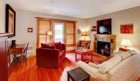 有红色和樱桃楼层的客厅 图库摄影