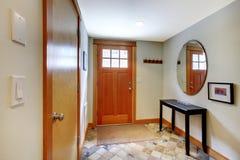 有红色和樱桃楼层的客厅 免版税库存图片