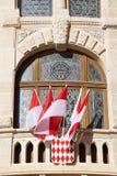 有红色和白旗的阳台 免版税库存图片