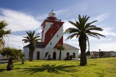有棕榈树的灯塔在日落 免版税库存照片