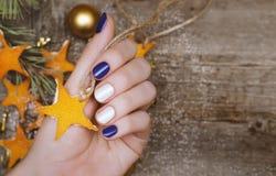 有红色和白色钉子设计的美好的女性手 圣诞节修指甲 库存照片