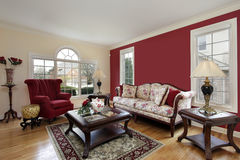 有红色和米黄色的墙壁的客厅 免版税库存照片