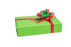 有红色和绿色丝带的绿色礼物盒鞠躬 图库摄影
