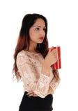 有红色咖啡杯的美丽的妇女 图库摄影