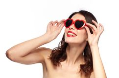 有红色唇膏和心形的树荫的妇女 免版税库存照片