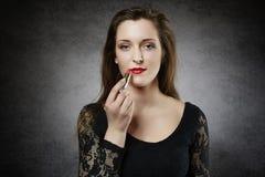 有红色唇膏的可爱的少妇 免版税库存图片