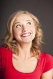 有红色唇膏的可爱的金发碧眼的女人。 愉快的微笑。 免版税库存图片