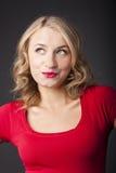 有红色唇膏的可爱的金发碧眼的女人。 愉快的微笑。 免版税库存照片