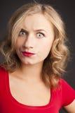 有红色唇膏的可爱的金发碧眼的女人。 愉快的微笑。 库存图片