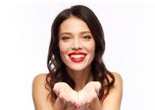有红色唇膏的美丽的微笑的少妇 库存图片