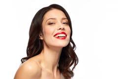 有红色唇膏的美丽的微笑的少妇 库存照片