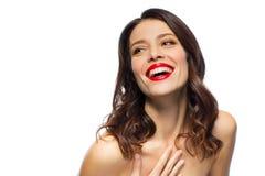 有红色唇膏的美丽的笑的少妇 免版税库存图片