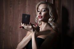 有红色唇膏的豪华年轻白肤金发的妇女 免版税库存图片