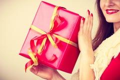 有红色圣诞节礼物盒的妇女 免版税库存照片