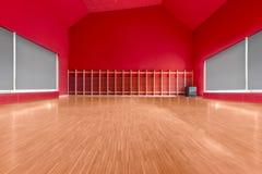 有红色墙壁的健身房室 免版税图库摄影