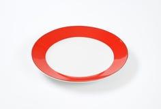 有红色外缘的白色板材 免版税库存图片