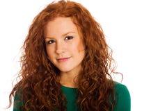 有红色头发和雀斑的俏丽的妇女 免版税库存照片