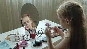 有红色头发的一女孩紧固在头发的簪子,试穿辅助部件,在镜子的神色,构成,面孔,时尚 股票录像