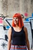有红色头发的可爱的女孩在街道 免版税库存照片