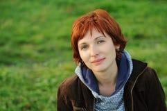 有红色头发的可爱的妇女 库存照片
