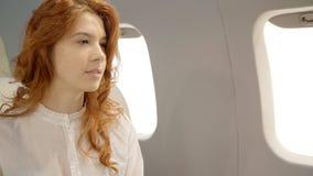 有红色头发的年轻女实业家有与她的伙伴的交谈在私有航空器 股票录像