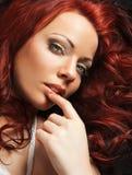 有红色头发的美丽的妇女 免版税库存照片