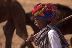 有红色头巾的老Rajasthani人 节日普斯赫卡尔 图库摄影