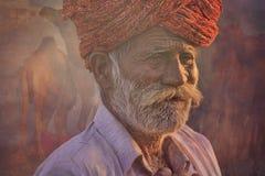 有红色头巾的老Rajasthani人 节日普斯赫卡尔 免版税库存图片
