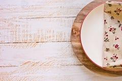 有红色委员会的米色空的板材圆的切板的,亚麻制花卉餐巾,普罗旺斯样式,厨房内部 库存图片