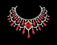 有红色宝石的金黄项链女性 免版税库存图片