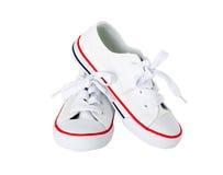 有红色小条的白色帆布鞋 免版税库存图片