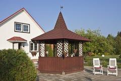有红色屋顶和庭院的庭院房子 免版税库存照片