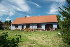 有红色屋顶的乡间别墅 免版税库存图片