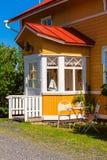 有红色屋顶的木黄色房子在斯堪的纳维亚样式 库存照片