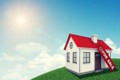 有红色屋顶的白色房子在绿色象草的待售 免版税库存图片