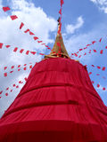 有红色布料的金黄登上寺庙在曼谷 免版税库存照片