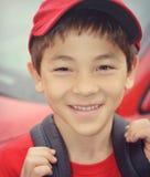 有红色帽子和衬衣的男孩 免版税库存照片