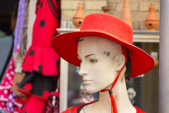 有红色帽子的女性manequin头 图库摄影