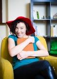 有红色帽子的少妇读书的 库存照片