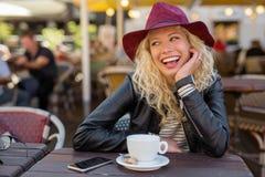 有红色帽子笑的美丽的妇女 免版税库存照片