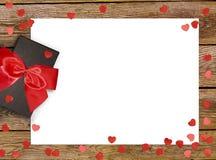 有红色弓丝带的礼物盒和在木背景的纸心脏为情人节 免版税库存照片
