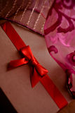 有红色弓和桃红色背景的葡萄酒棕色爱箱子 免版税图库摄影