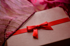 有红色弓和桃红色背景的葡萄酒棕色爱箱子 免版税库存照片