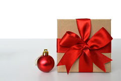 有红色弓和红色圣诞节球的礼物盒 免版税库存照片