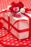有红色弓和纸花的空白礼物盒 免版税库存照片