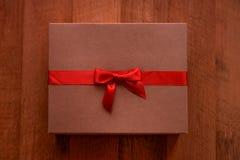 有红色弓的葡萄酒棕色爱箱子 库存图片