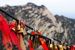 有红色弓的锁在山华山在中国 库存照片
