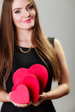 有红色心形的礼物盒的可爱的妇女 库存图片