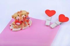 有红色心脏和熊小雕象的情人节别针 免版税库存照片