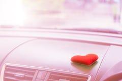 有红色心脏和过滤器桃红色光的里面汽车 库存图片